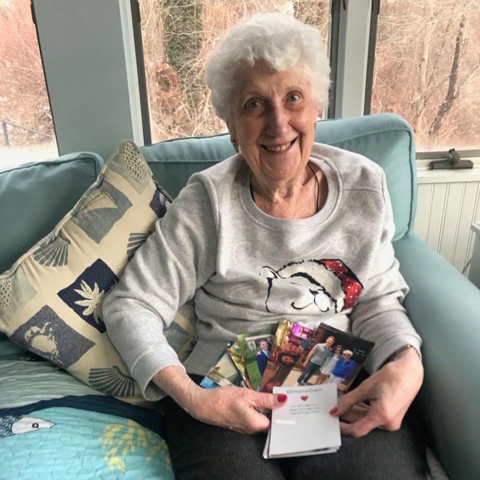 Una abuela real, disfrutando sus imprimitusfotos.ar